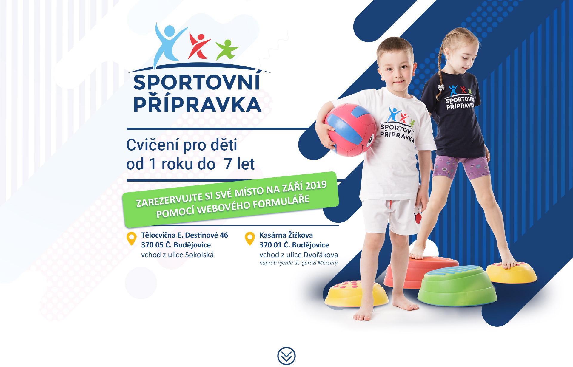 Šťastné dítě skáče přes překážky a užívá si sport