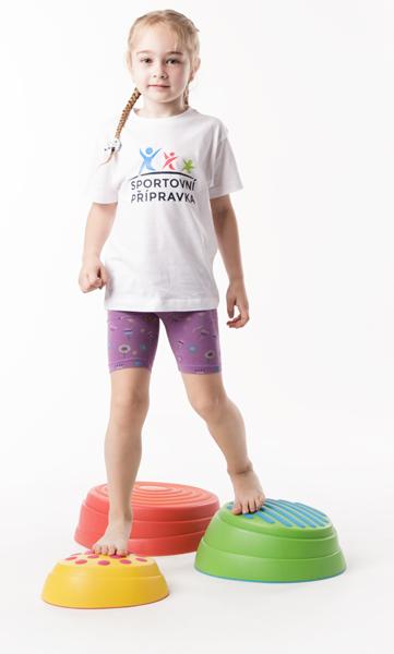 Dívka cvičí rozvnováhu ve Sportovní přípravce