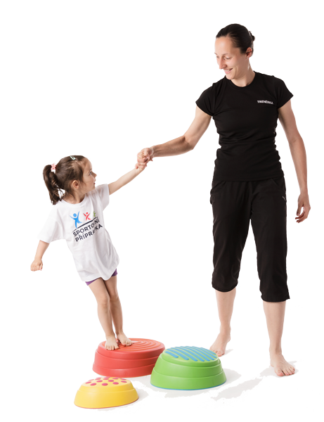 Trenérka Sportovní přípravky pomáhá získat dítěti důvěru při pohybu.